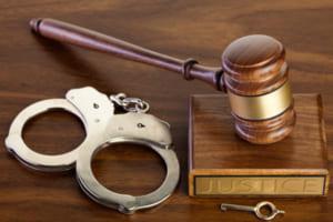 Thời điểm khởi tố vụ án, khởi tố bị can được pháp luật quy định như thế nào? Hai khái niệm pháp lý này có điểm gì khác nhau để phân biệt?